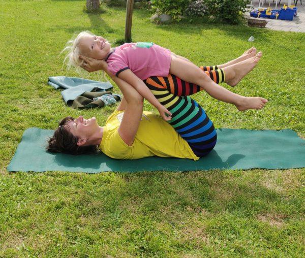 Familieyoga - forældre barn yoga